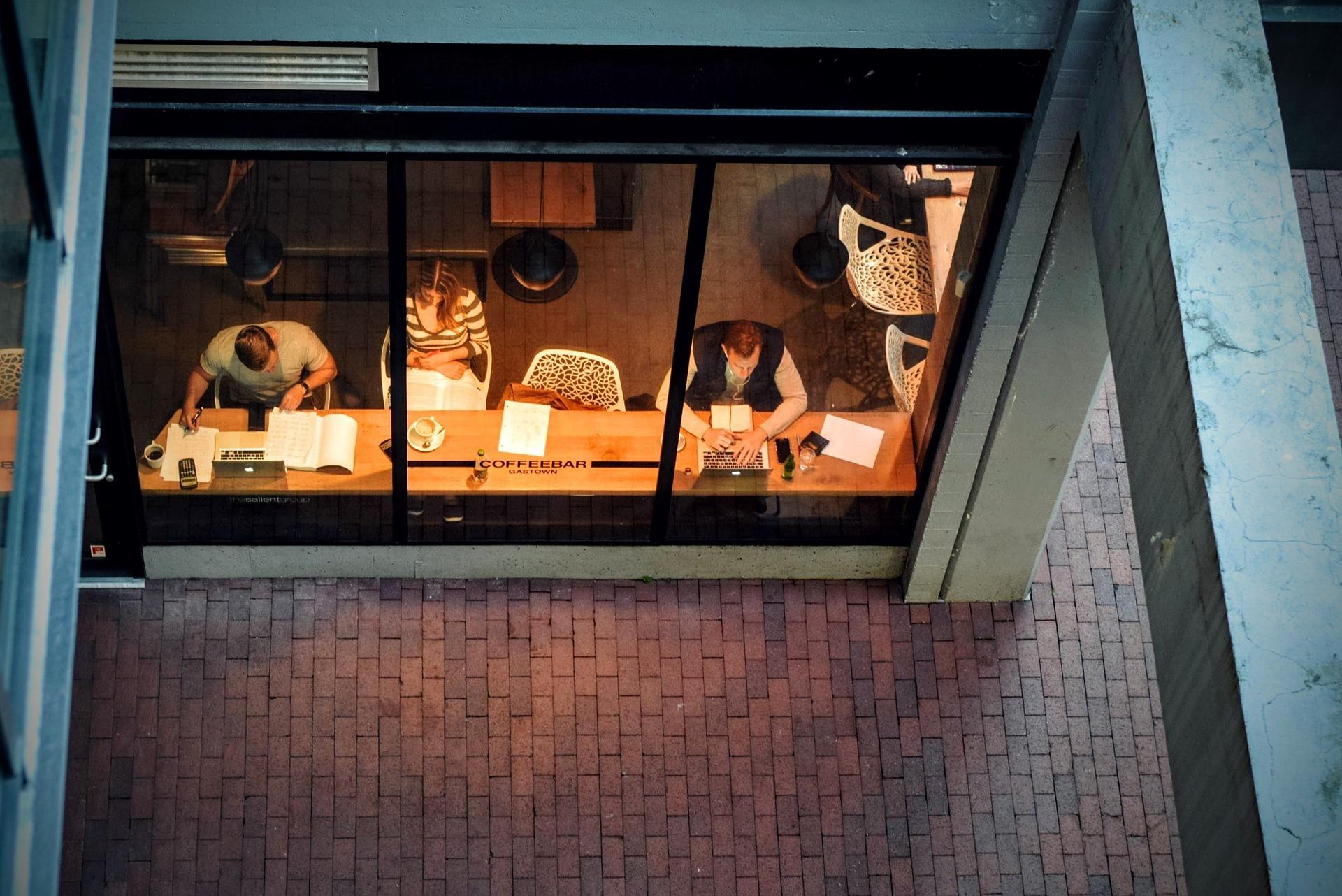 Symbolbild Studierende Blick auf lernende Personen von oben